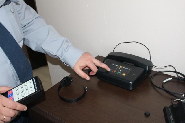 Это аппарат для связи с инспекцией. В любое время проверяющий может позвонить в квартиру, арестант может и сам в случае необходимости позвонить туда.