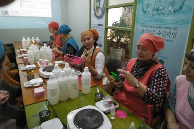 Журналисты из Владивостока и Хабаровска делают шампунь и мыло.