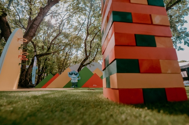 На игровой площадке Сбербанка можно было строить башню и состязаться в меткости за призы.