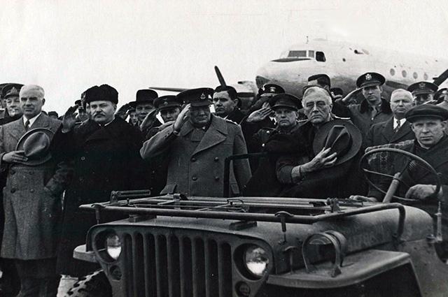 Молотов, Черчилль и Рузвельт во время исполнения гимнов.