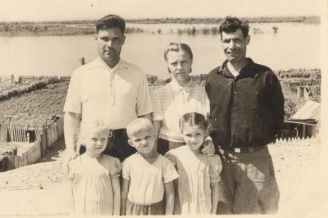 Дед (крайний справа) остался только на одной фотогрфии.