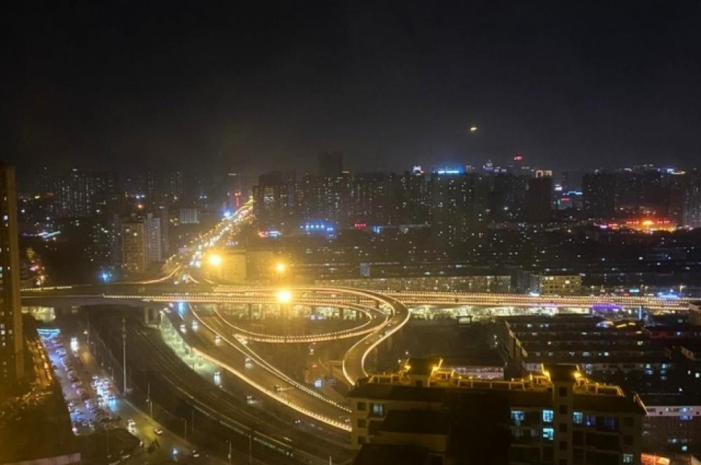 Город Тайюань. Вид из окна на ночной городской пейзаж.