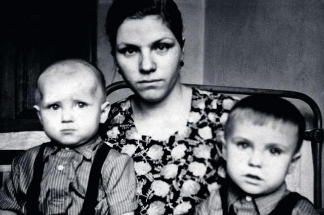 Василий Голубев (справа) с мамой Екатериной и братом Виктором, 1961 год.