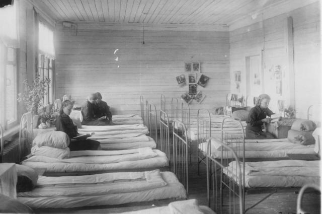 Женское общежитие пос. Западный. 1943 год.