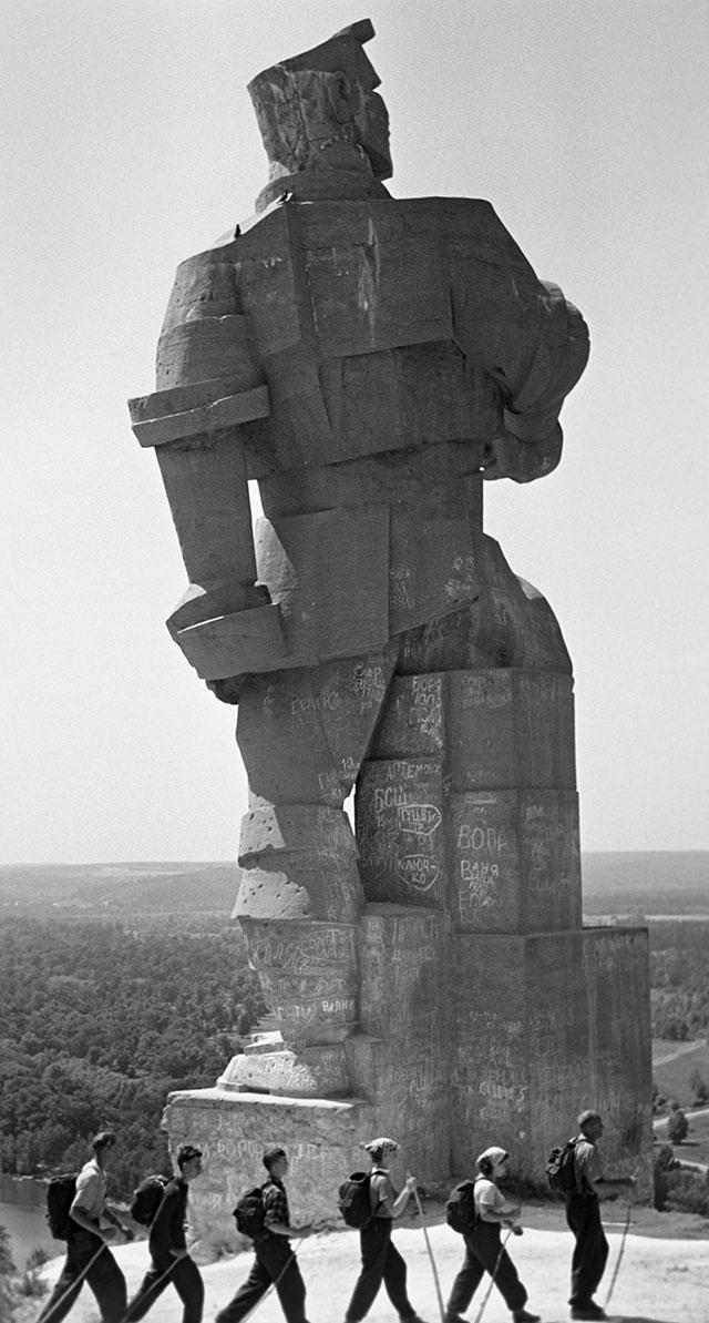 Памятник Артёму в Святогорске.