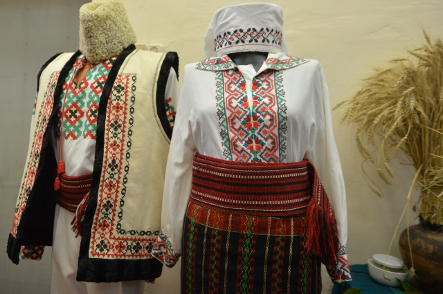 Мужской и женский традиционные молдавские костюмы.
