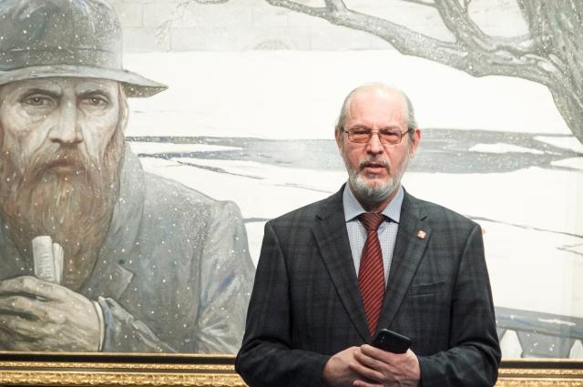 Микроминиатюрист А. Коненко на фоне портрета писателя. Микроминиатюрист А. Коненко на фоне портрета писателя