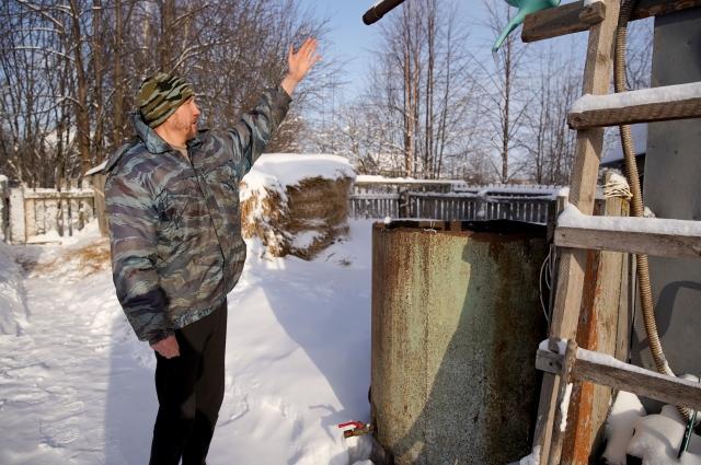 Жители ждут, когда весеннее солнышко поможет растопить снег и превратить его в воду, которую соберу всю до кепельки.