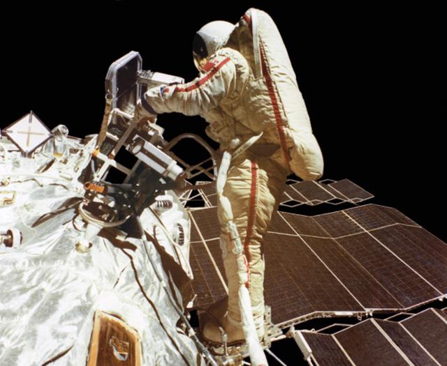 Летчик-космонавт СССР, Герой Советского Союза Светлана Савицкая в открытом космосе. В полете космический корабль Союз Т-12