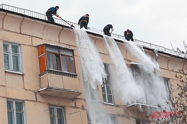 В России значительная часть рабочих, очень интенсивно трудясь, не производит продукцию. Они производят топливо и                               обеспечивают теплоснабжение. И снег убирают.