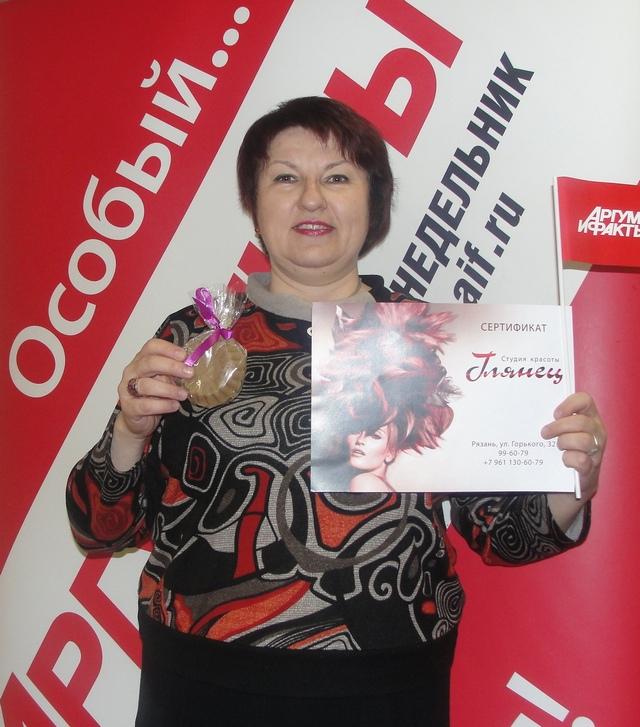 Наталия Дубцова получает мыло от мастера Надежды Трубицыной из творческой мастерской «Вязаное детство».