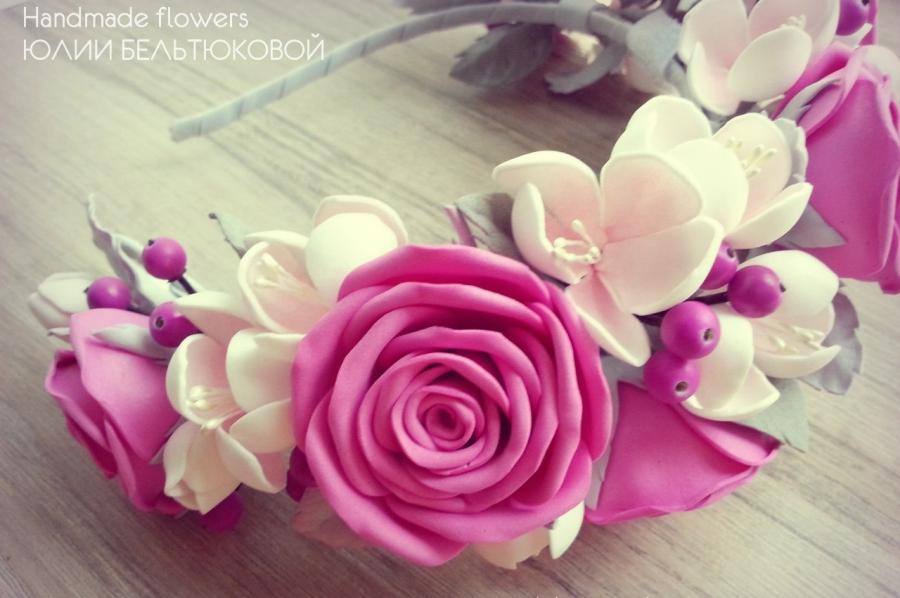 Создавать композиции из цветов Юлии помогает работа флориста.