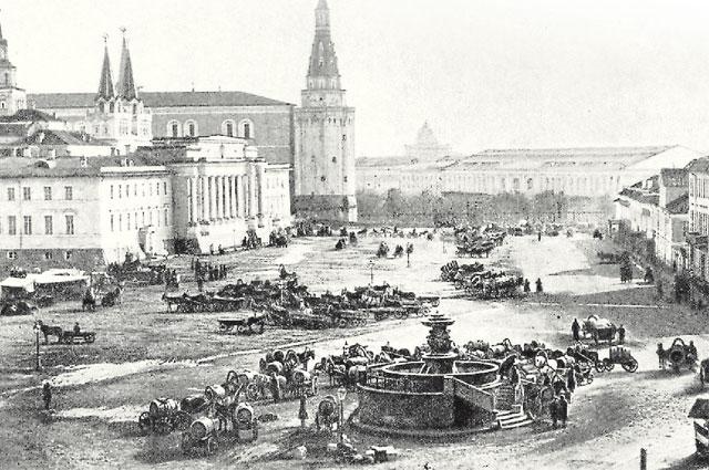 Водоразборный фонтан на Воскресенской площади (ныне площадь Революции), 1870 г. Этот памятник коммунального искусства сохранился до наших дней.