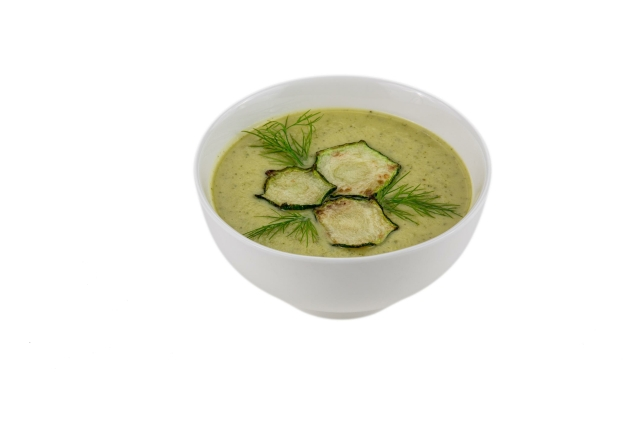 Крем-суп можно подать как в подходящей для этого тарелке, так и в обычной чашке.