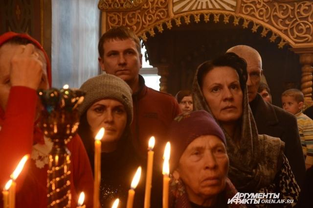На церемонию открытия монастыря пришли десятки прихожан.