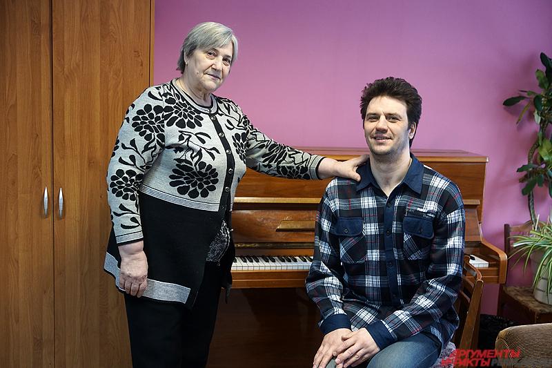 Иван Понявин вместе с мамой.