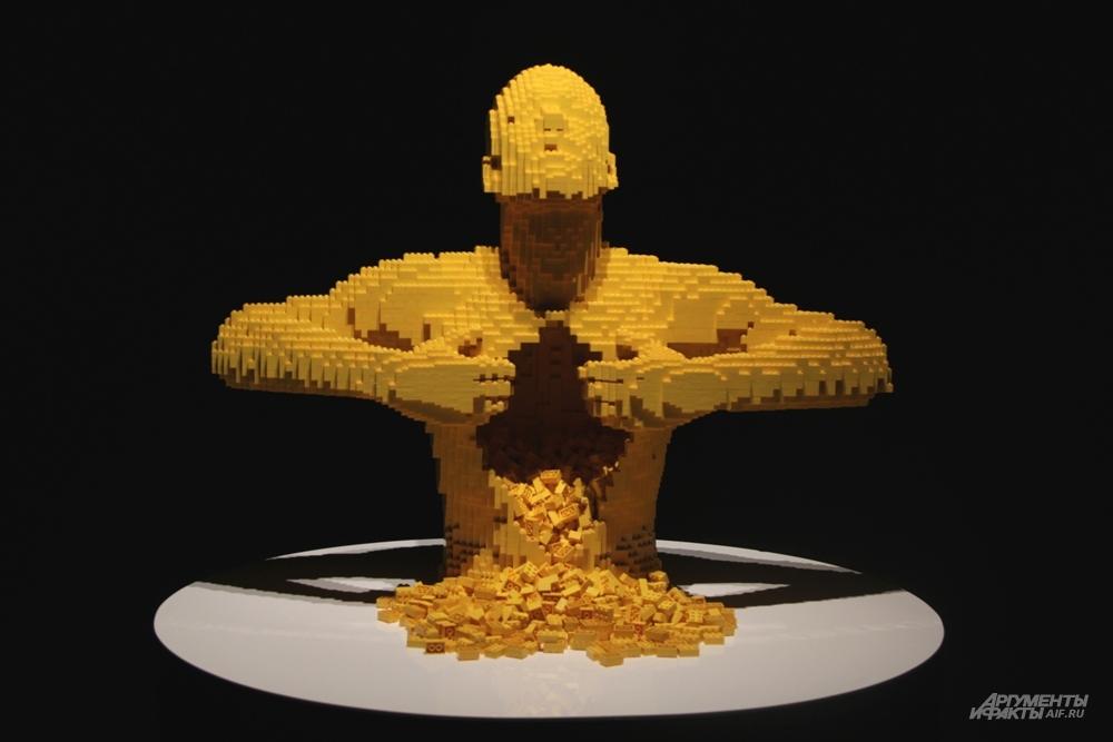 Скульптура из кубиков Lego