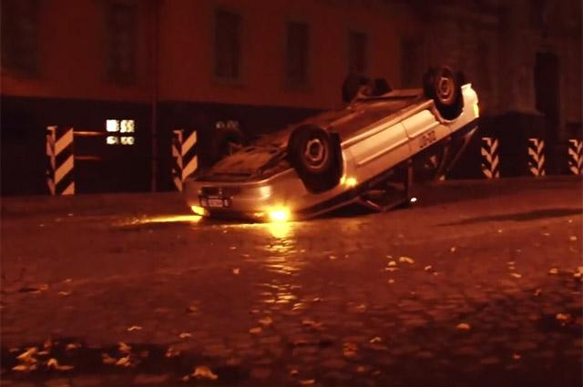 После акции «Дворцовый переворот», когда группа «Война» перевернула несколько поли- цейских машин, участников отправили в следственный изолятор.