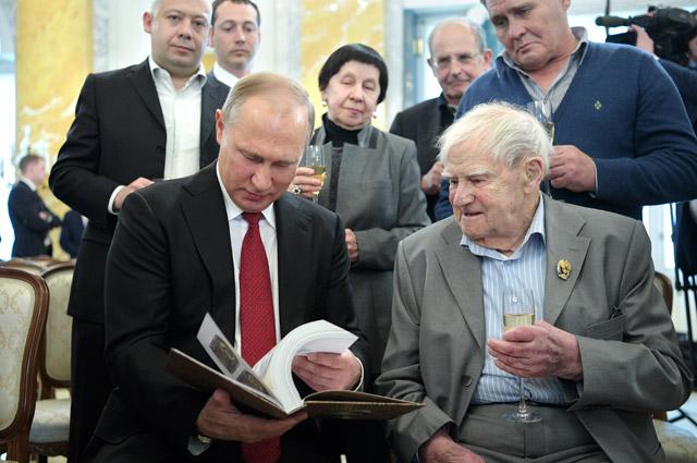 Президент РФВладимир Путин иписатель Даниил Гранин после церемонии награждения его государственной премией вКонстантиновском дворце вСтрельне.