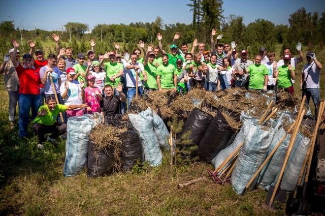 Омичи принимают активное участие в уборке.
