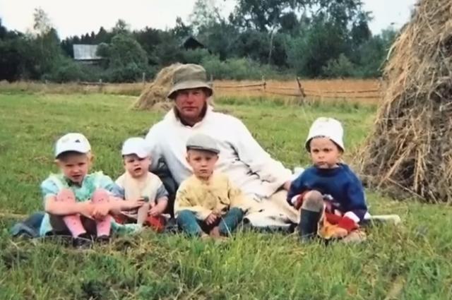 Мать бросила семью, когда младшему ребёнку было около двух лет.