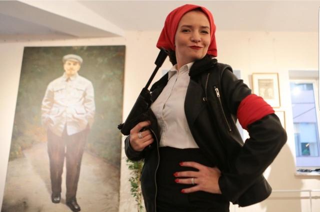 Ирина Игоревна на вечере перевоплотилась в отчаянную коммунистку.