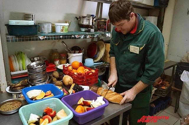 Заведующий отделом млекопитающих сам готовит обед своим детям