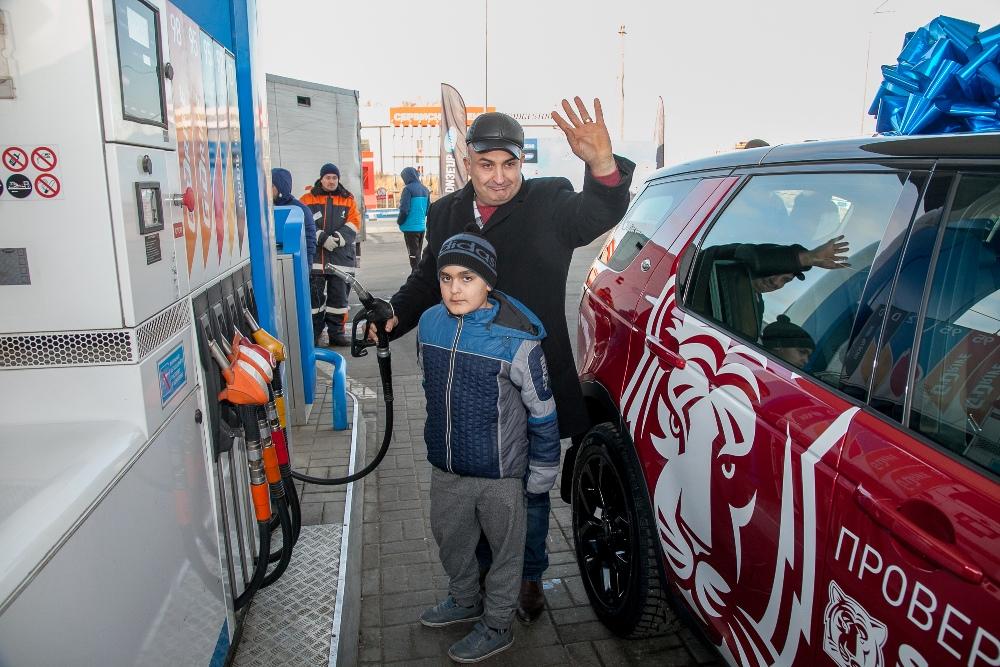 В придачу к машине победителю достался полный бак топлива.