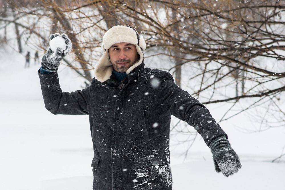 Играть в снежки можно на меткость, стараясь попасть в мишень.