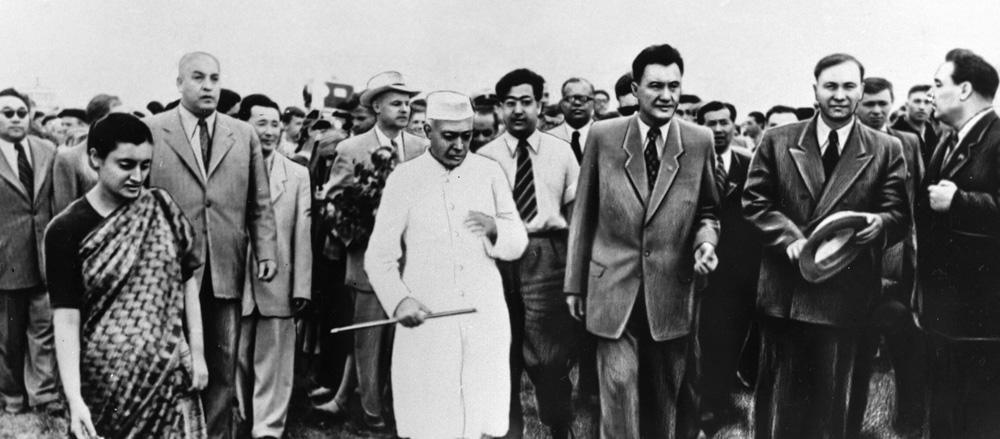 Премьер-министр Индии Джавахарлал Неру, первый секретарь ЦК Компартии Казахстана Леонид Брежнев и Индира Ганди во время встречи в Алма-Ате. 1955 г.