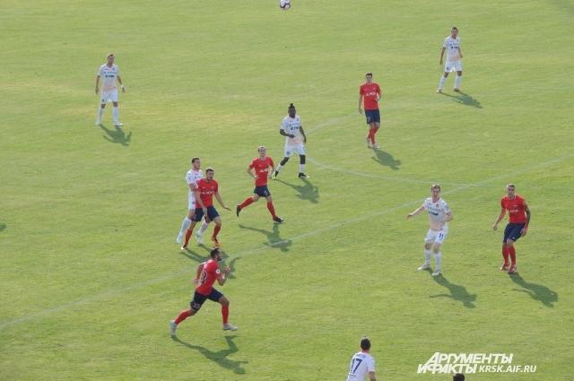 Красноярские футболисты мячом владели большую часть времени.