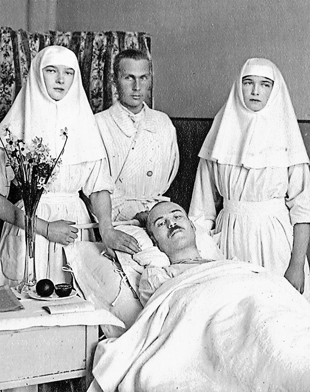 Великие княжны Ольга и Татьяна Романовы ухаживают за ранеными. Фото времён Первой мировой войны.