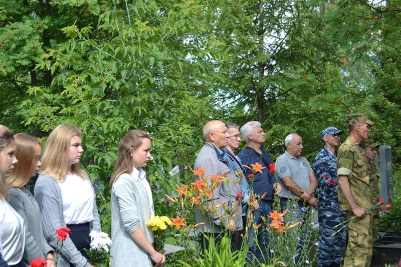 Ветераны и школьники перед возложением цветов к памятнику Героя