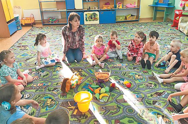 Татьяна Крутикова каждый день предлагает своим воспитанникам разнообразные развивающие игры.