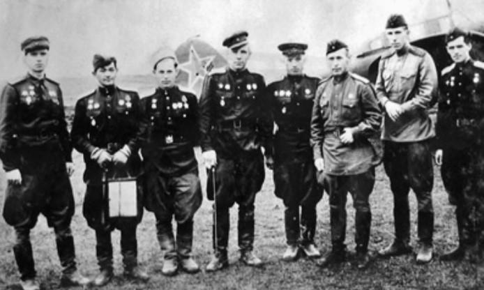 Талгат Бегельдинов (второй слева) ссослуживцами изштурмового авиаполка.