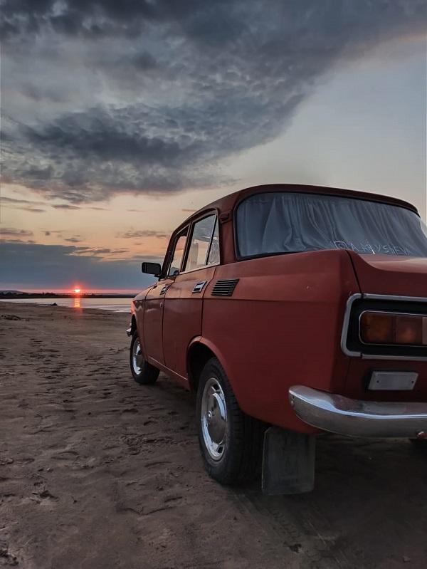 Это глубоко модернизированный вариант модели «Москвич-412», который выпускался в Москве на заводе АЗЛК с 1976 по 1988 год.