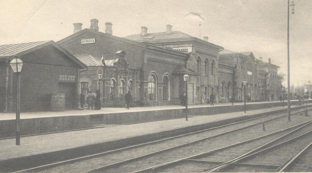 Такой железнодорожный вокзал встречал гостей Брянска.