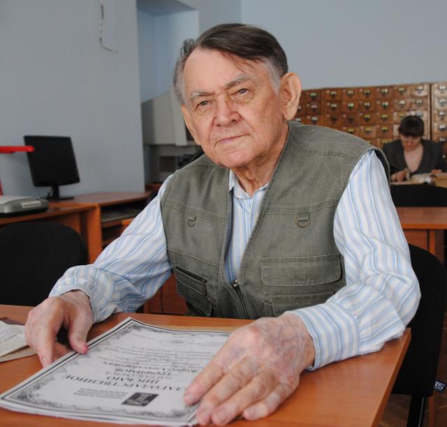 Жорес Трофимов в краеведческом отделе областного Дворца Книги. Фото: Алексей Юхтанов