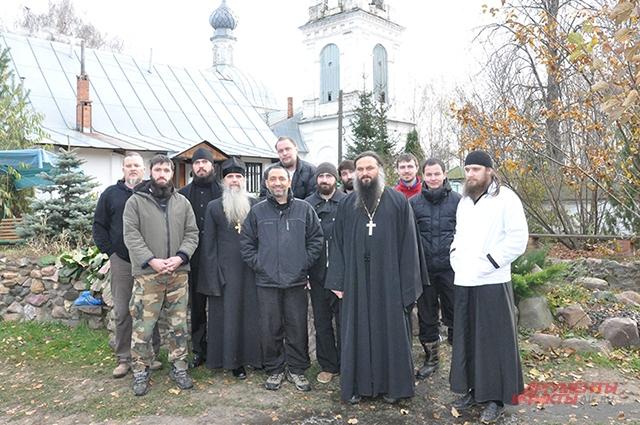 Монахи вместе с воспитанниками и сотрудниками реабилитационного центра в Георгиевском