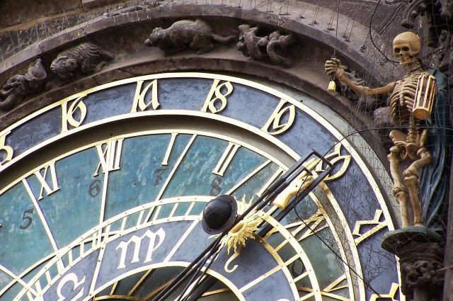 Астрономический полдень и полдень на часах не совпадают в Омске.