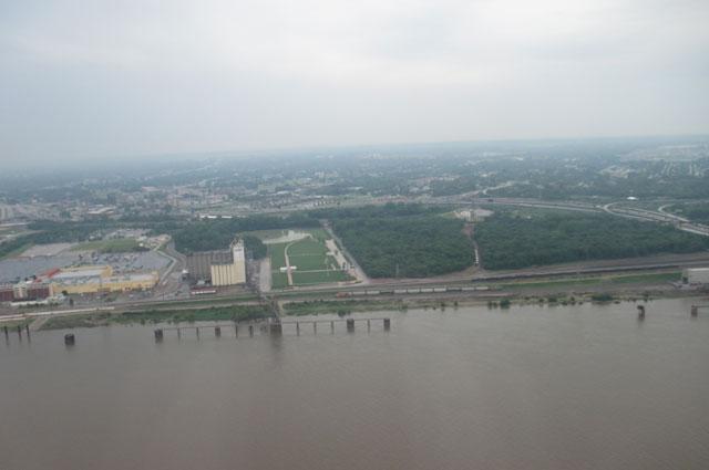 Вода в Миссисипи грязная. Причина - илистые берега.
