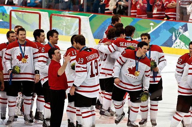 Сборная канады после победы в финальном матче на Олимпиаде в Ванкувере