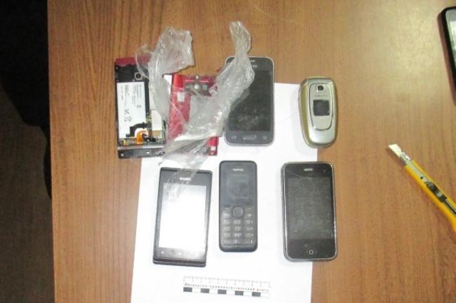 Мобильные телефоны предназначались заключенным.