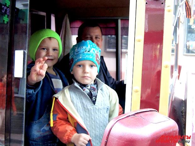 Мишу и Костю прокатили на Весёлом паровозике