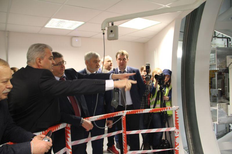 Вице-президент компании IBA Кирилл Макаренко демонстрирует гостям систему «гантри».