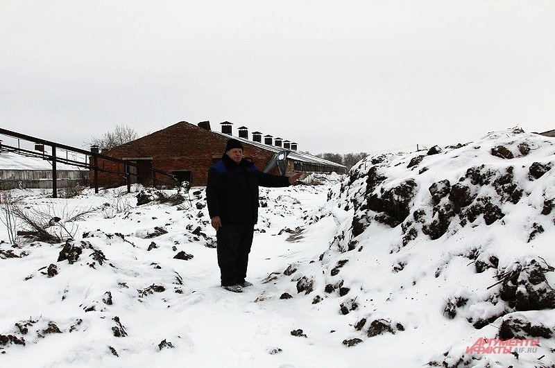 Единственная дорога, ведущая к деревне, оказалась перекрыта огромной кучей навоза