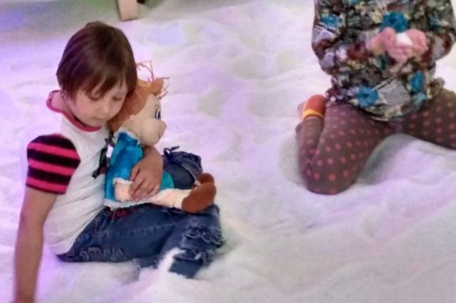 Детям в соляных комнатах понравится белый песок.