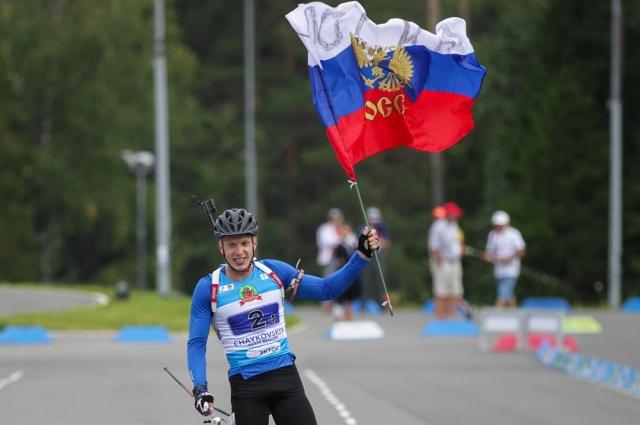 Игорь Малиновский на финише с российским флагом.