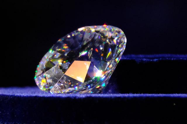 Бриллиант «Династия» - самый крупный из когда-либо огранённых в России камней. Его вес 51,38 карата. Алмаз, из которого изготовили эту драгоценность, весил 179 каратов. Добыли его в Якутии в 2015 г.