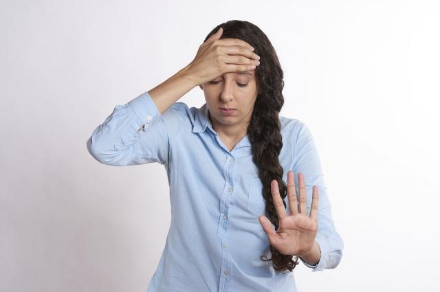 Предвестниками нарушения сердечного ритма могут быть обмороки и приступы слабости.